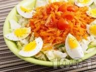 Салата айсберг с варени яйца, моркви и риган